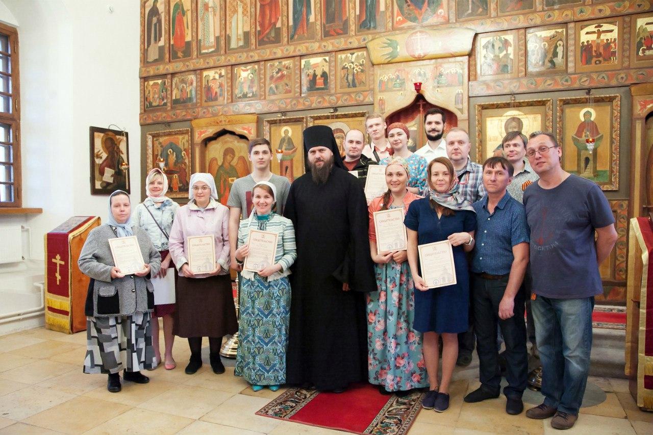 Выпускники курсов с дипломами и преподаватели.